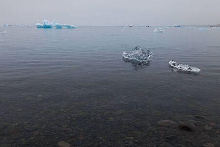 Extraños témpanos de hielo de la laguna Iceberg jokulsarlon en el sur de Islandia.