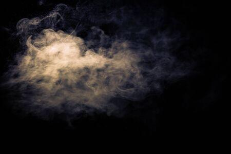 Straal van rook op zwarte achtergrond. Selectieve aandacht. Afgezwakt.