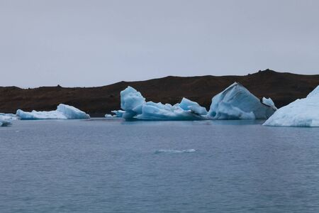 Bizarre Eisschollen der Eisberglagune Jokulsarlon im Süden Islands.