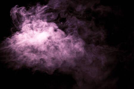 Jet de fumée sur fond noir. Mise au point sélective. Tonifié.