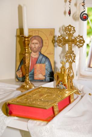 battesimo: Interno di una molto piccola cappella greca con Sacra Bibbia, croce d'oro e l'olio per il battesimo