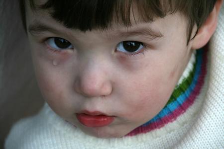 ni�os tristes: Ni�o peque�o lindo con una l�grima en sus ojos Foto de archivo