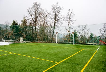 Veld voor voetbal en andere sporten met bomen en sneeuw in de winter Stockfoto - 84417583