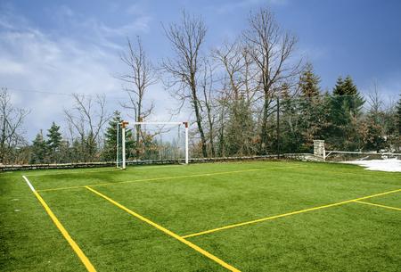 Gebied voor voetbal en andere sporten onder blauwe hemel met wolken bij de Winter