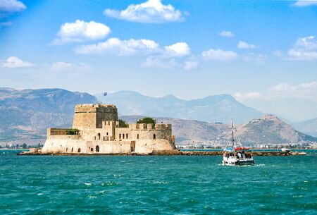 Small wooden boat transfer a group of tourists to Bourtzi island (an ancient prison). Nafplion , Greece. Zdjęcie Seryjne