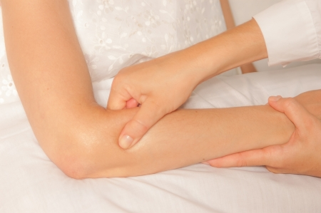codo: Un fisioterapeuta le da mioterapia con los puntos de activación en la mujer deportista
