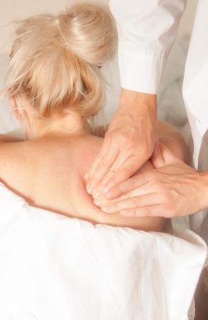 tetik: Bir fizyo sporcu kadın tetik noktalarını kullanarak miyoterapi verir