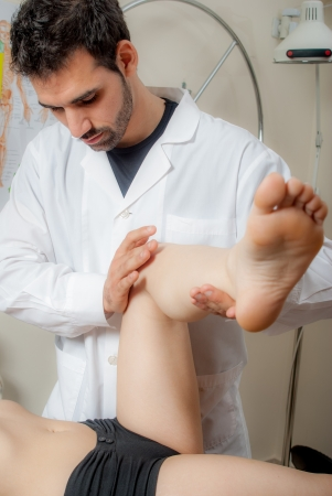 terapias alternativas: Manual, fisioterapia y t�cnicas de terapia kinesio realizadas por un fisioterapeuta masculino en una columna de pl�stico entrenamiento y una paciente