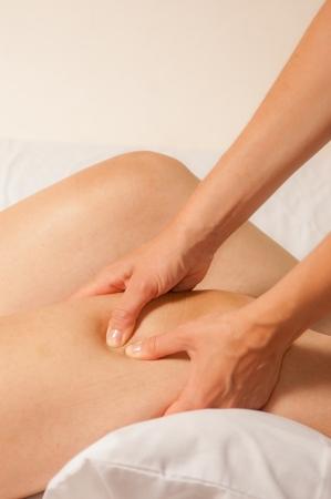 masaje deportivo: Un fisioterapeuta le da mioterapia con puntos gatillo en la mujer deportista Foto de archivo