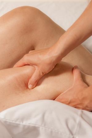 gatillo: Un fisioterapeuta le da mioterapia con puntos gatillo en la mujer atleta