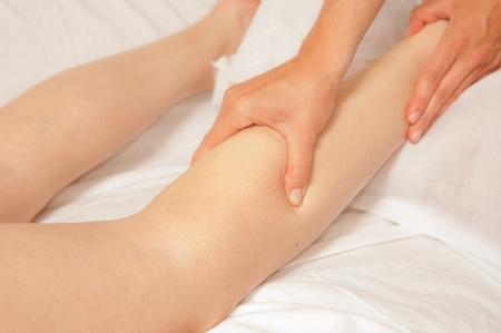 homme massage: Un physio donne myotherapy utilisant des points de déclenchement sur la femme athlète