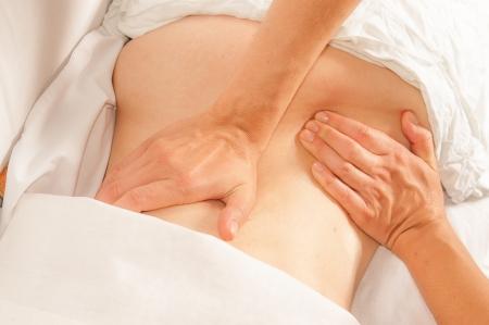 homme massage: Un physio donne myotherapy utilisant des points de d�clenchement sur la femme athl�te