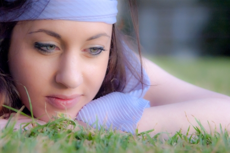 Portrait of a beautiful girl, lying at the grass at the park Standard-Bild