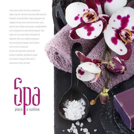 エレガントなダーク スパ コンセプト背景タオル、石鹸、入浴、蘭の花を持つ