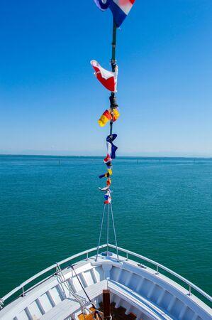 Il naso dello yacht su uno sfondo di mare blu in dettaglio