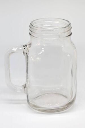 Glazen pot op een witte achtergrond