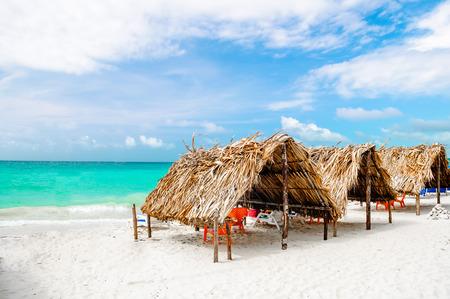 カルタヘナに次にコロンビアのバルでビーチでキャビンします。 写真素材 - 75436000