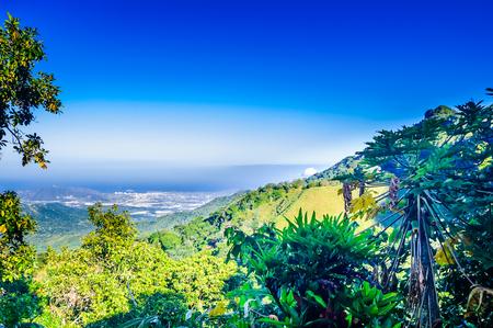コロンビアのミンカパノピカから山の風景とサンタ マルタを見る