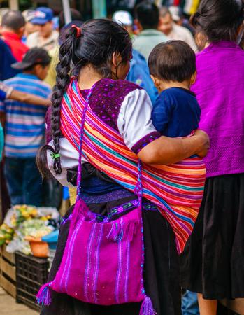 赤ちゃんの村のトドス サントス Cuchumatan グアテマラの先住民族マヤの女性観します。