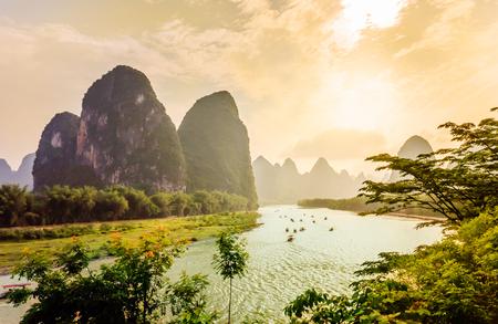 중국의 Yanhsshuo에 의해 Karst 풍경과 리 강에서보기 스톡 콘텐츠