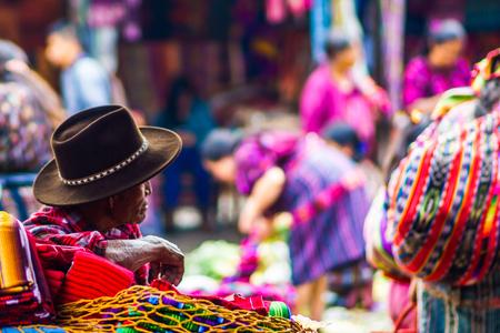 Bekijk op oude maya man op de markt in Chichicastenango Stockfoto