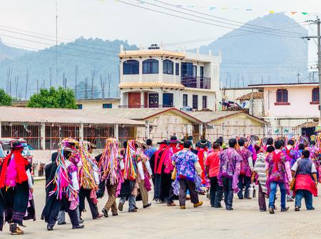 カサスはメキシコのサン ・ クリストバル ・ デ ・ ラス、Zinacantan での伝統的なマヤの行列に表示します。