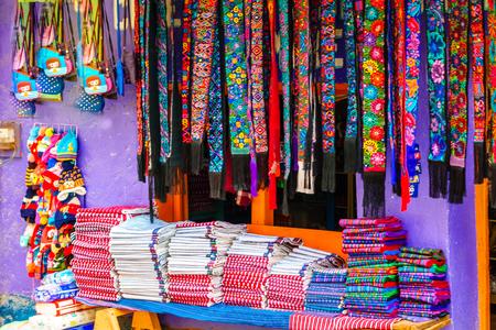 チチカステナンゴ - グアテマラの市場で先住民のマヤの服を表示します。