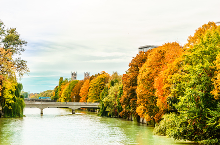 View on colorful trees at the Isar in Autumn in Munich 版權商用圖片