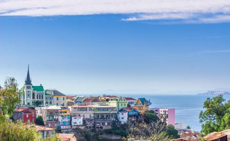 칠레의 다채로운 도시 발파라이소의 도시 풍경에서보기