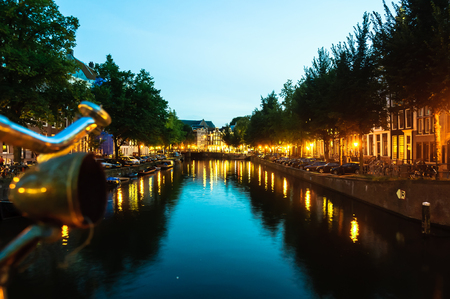 View on canal of Amsterdam by night Stockfoto