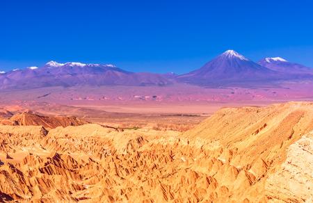 Widok na dolinę śmierci i wulkany na pustyni Atacama w Chile Zdjęcie Seryjne