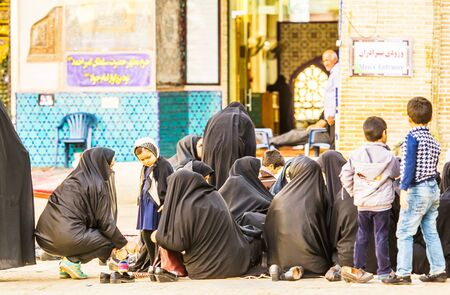 Kashan, Iran - 3 November, 2016 - View on group of Female and children waiting in front of a mosque 免版税图像 - 142308245