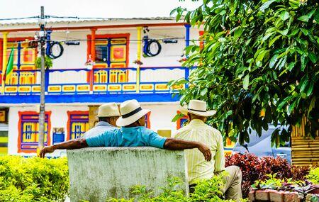 Blick auf die Menschen in Kolumbien, eine Gruppe alter Mann, die auf einer Bank in den bunten Straßen von Filandia Village sitzt? Standard-Bild