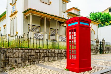 A vintage red phone booth in Sintra, Portugal 免版税图像