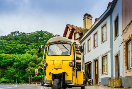 Tuktuk in the old town of Sintra, Portugal 免版税图像