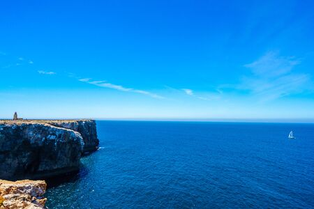 Portuguese coast, cliff next to Sagros at the Atlantic Ocean in Portugal 免版税图像