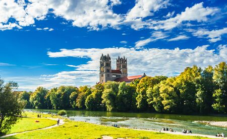 Summer landscape by St. Maximilian church and Isar in Munich 免版税图像 - 142126118
