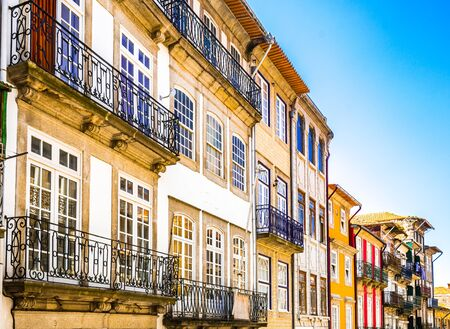 Colorful historic buildings in the old town of Porto, Portugal 免版税图像 - 142126522