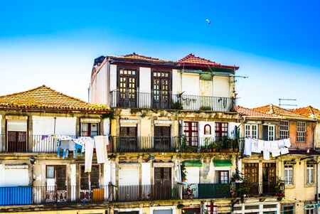 Colorful historic buildings in the old town of Porto, Portugal 免版税图像 - 142126566