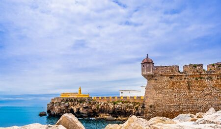 Ancient fortress on the coast of Berlenga Grande in Peniche, Portugal 免版税图像 - 142126362