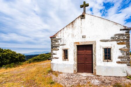 View on small chapel on mountain next to village of Provesende in Douro region, Portugal 免版税图像 - 142709837