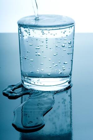 desbordado vaso de agua