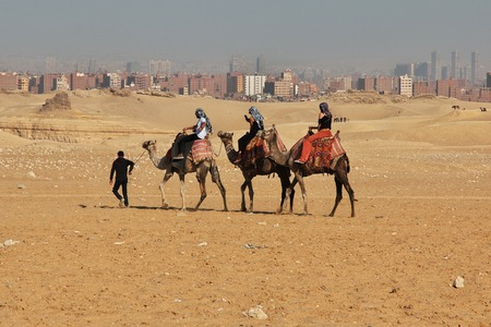 People on Camel on Great pyramids, Egypt Banque d'images - 124855783