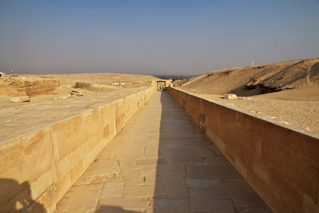 Road to ancient pyramid of Sakkara in the desert of Egypt Banque d'images - 124857054