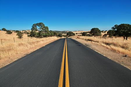 Strada sui campi della California, USA