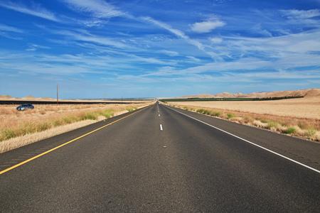 Carretera en campos de California, Estados Unidos