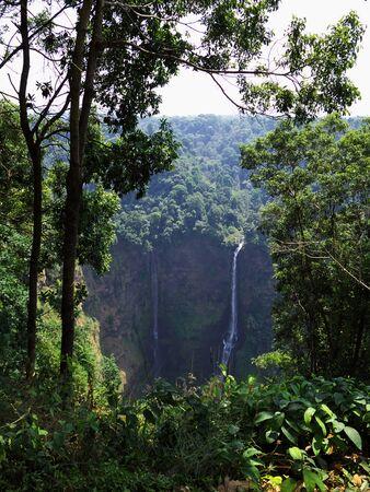 Wodospad w dżungli w Laosie
