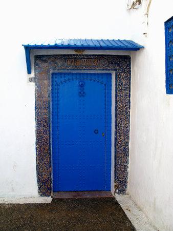 The door in the medina in Rabat city, Morocco Standard-Bild - 129425276