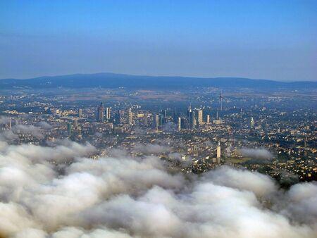 Der Blick auf Frankfurt aus dem Flugzeug Standard-Bild