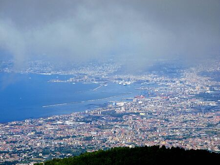 The view on Napoli from Volcano Vesuvius in the fog, Italy Banque d'images